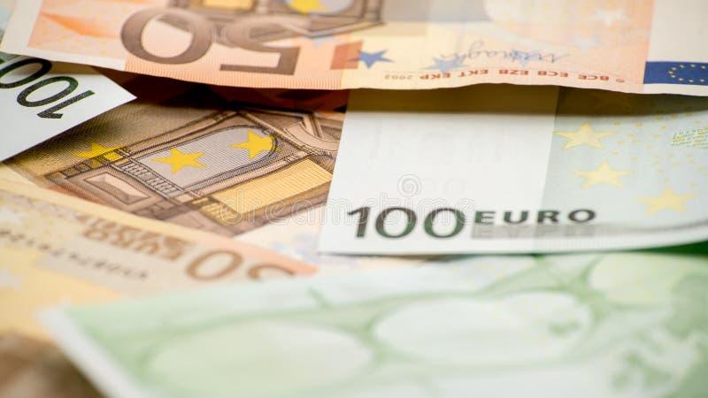 Euroräkningar av olika värden Euroräkning av hundra arkivfoto