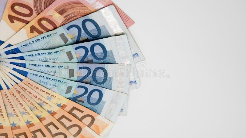 Euroräkningar av olika värden Euroräkning av tjugo och femtio fotografering för bildbyråer