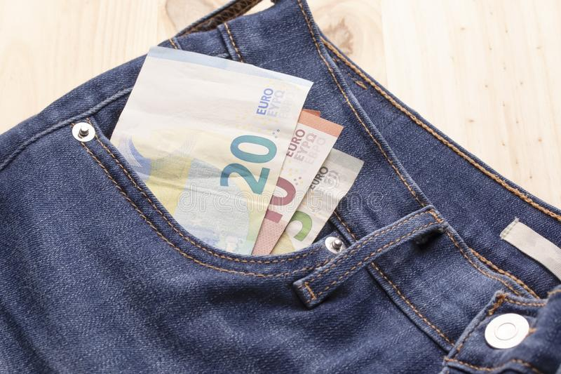 Euroräkningar i jeansfack royaltyfri foto