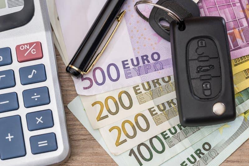 Euroräkningar med den biltangent och räknemaskinen royaltyfria foton