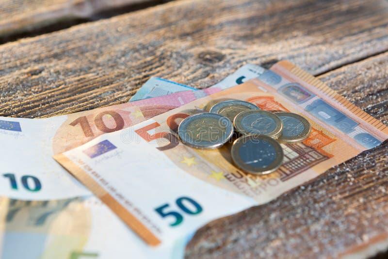 Euroräkningar och mynt - kontanta pengar royaltyfria bilder
