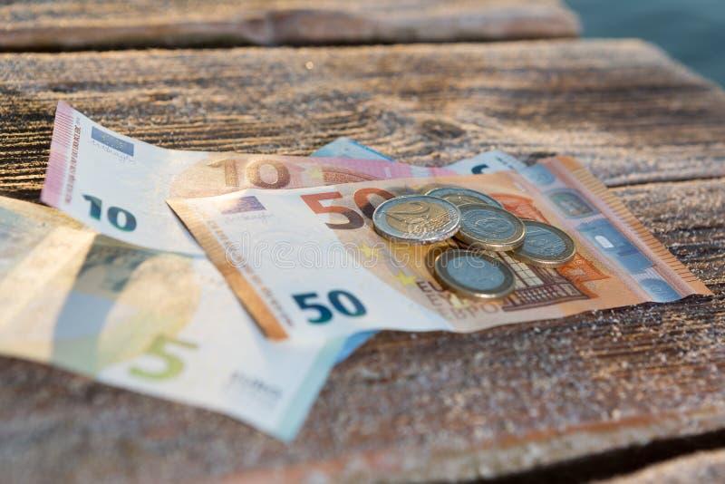 Euroräkningar och mynt - kontanta pengar arkivfoto