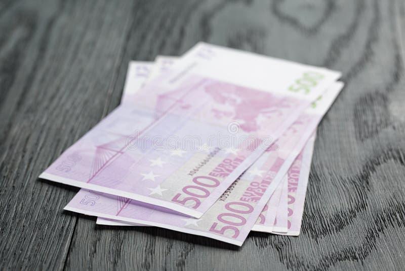 500 euroräkningar på den wood tabellen royaltyfri foto