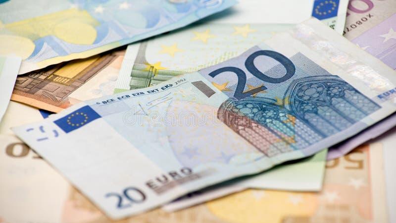 Eurorekeningen van verschillende waarden De euro rekening van twintig over anderen factureert stock foto