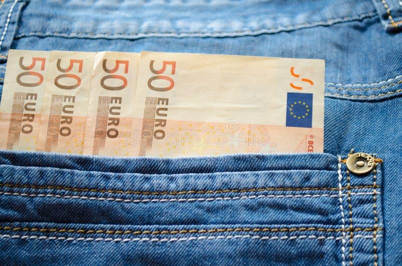 Euros dans votre poche de jeans. image libre de droits