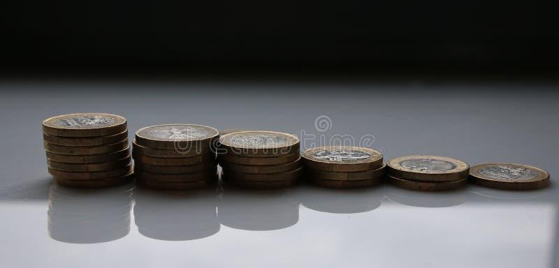 Euros empilhados nas pilhas com um fundo branco e as sombras visíveis fotos de stock