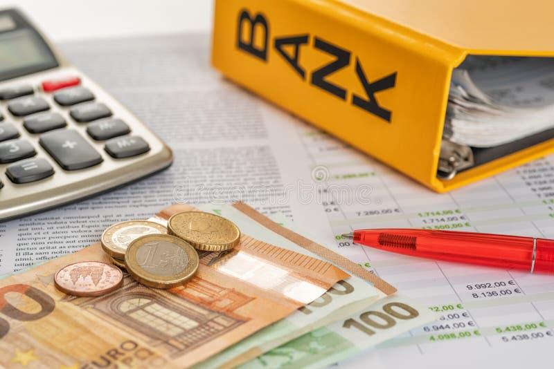 Euros mit Taschenrechner und Kontoauszügen lizenzfreies stockbild