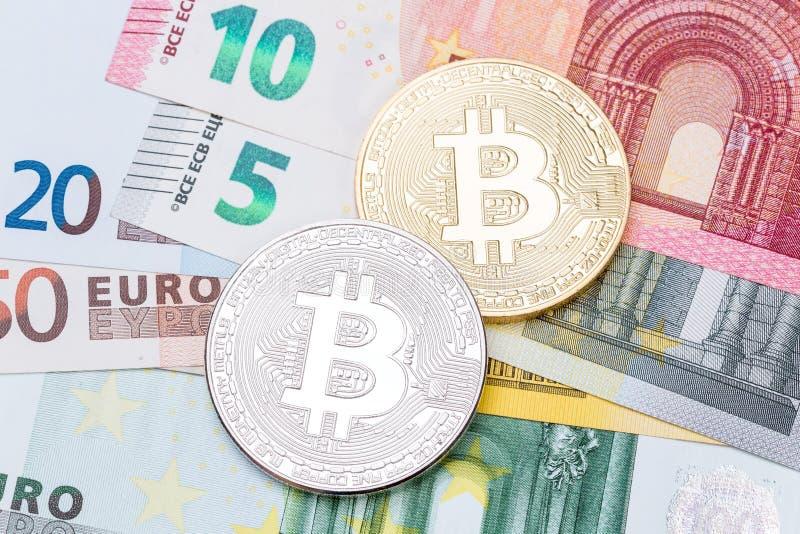Euros und Dollarhintergrund umfasst mit goldenem und silbernem bitco lizenzfreies stockfoto