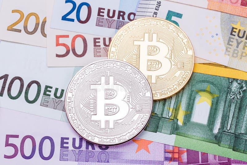 Euros und Dollarhintergrund umfasst mit goldenem und silbernem bitco lizenzfreie stockfotos