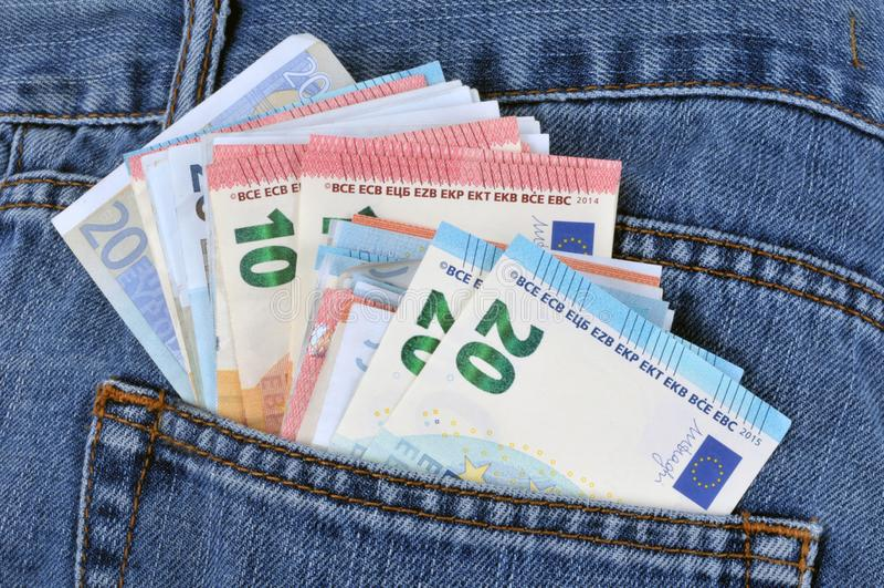 Eurosedlar i jeans stoppa i fickan royaltyfri fotografi