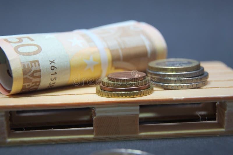 Eurosedlar och myntpengar på paletten arkivbilder