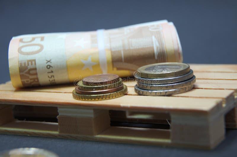 Eurosedlar och myntpengar på paletten arkivbild
