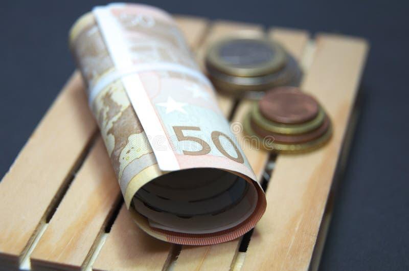 Eurosedlar och myntpengar på paletten Lätt för transport royaltyfria bilder