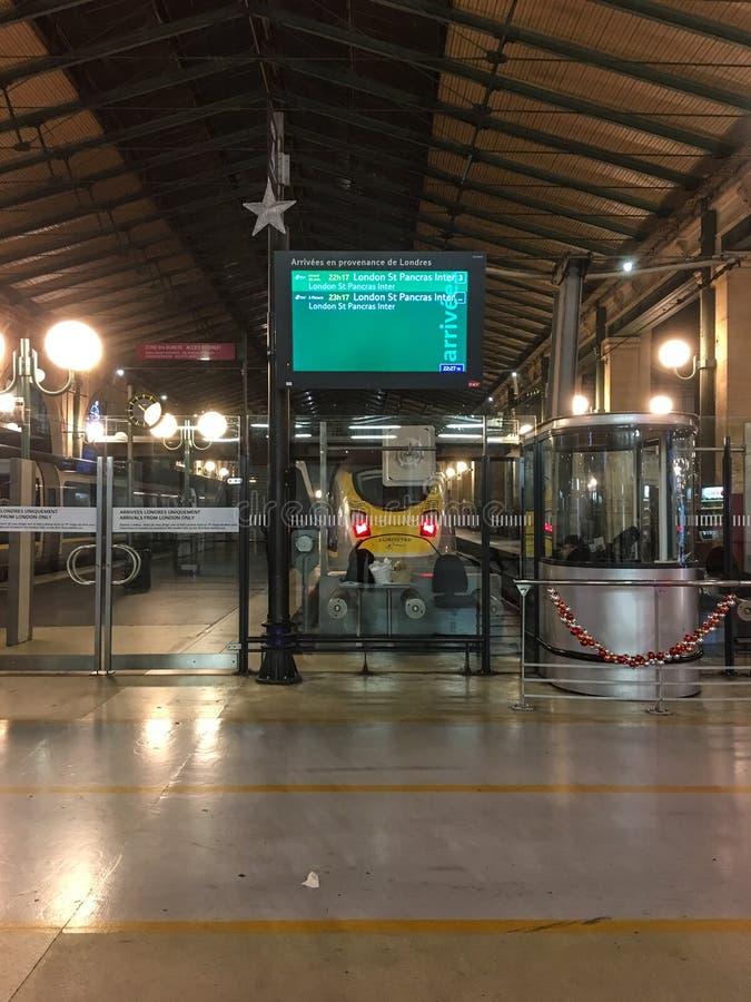 Eurostar тренирует двигатель осмотренный от платформы прибытия в Gare du Nord, Париже, Франции стоковая фотография