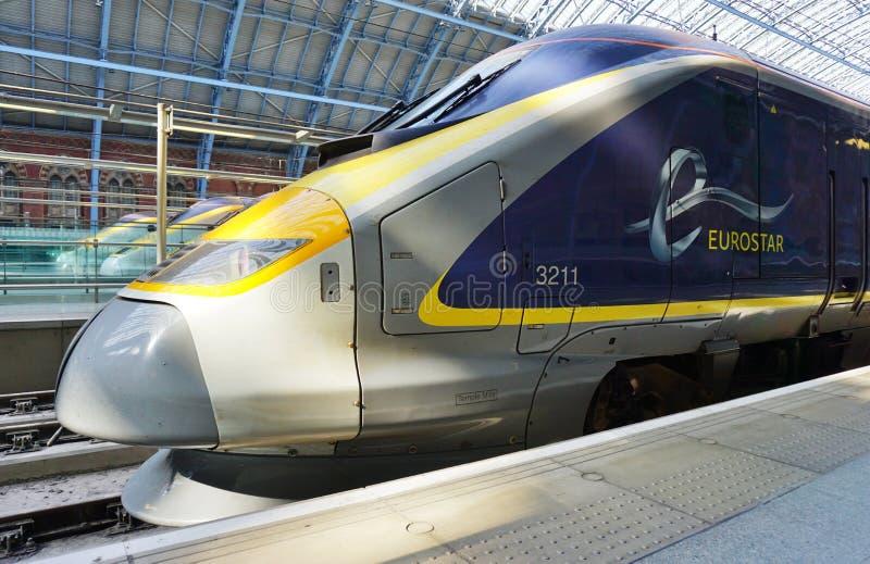 Eurostar trenuje St Pancras stację w Londyn zdjęcia stock