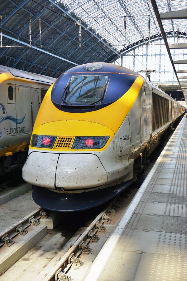 Eurostar utbildar på den St Pancras stationen i London arkivbilder