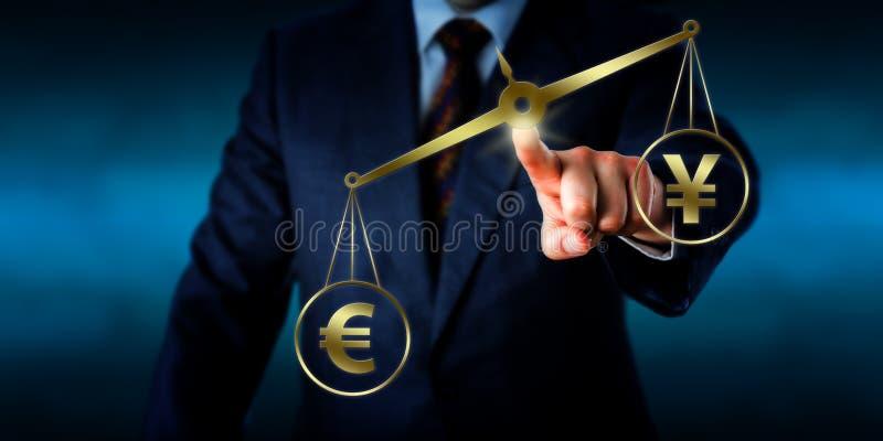 Eurotecken som väger mer än Yuan On en guld- skala fotografering för bildbyråer