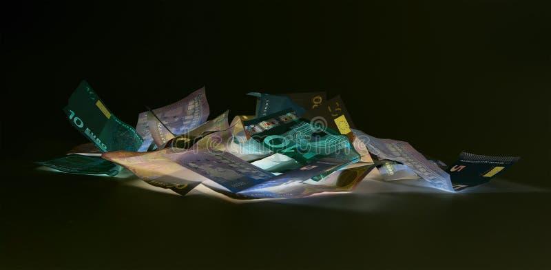 Eurovaluta & x28; sedlar & x29; i skydd för UV ljus arkivfoton