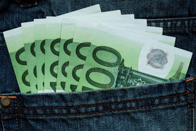 Eurovaluta som klibbar ut ur jeansen, stoppa i fickan arkivbild