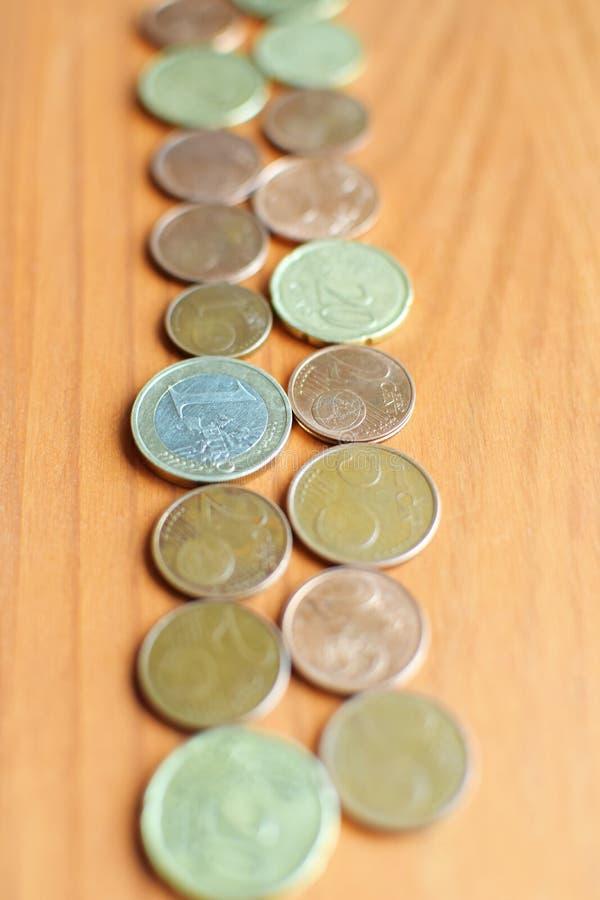 Eurovalutamynt på orange wood bakgrund royaltyfri foto