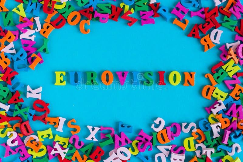 Eurovisie - woord dat uit kleine gekleurde brieven op blauwe achtergrond wordt samengesteld 2017 Jaar royalty-vrije stock foto's