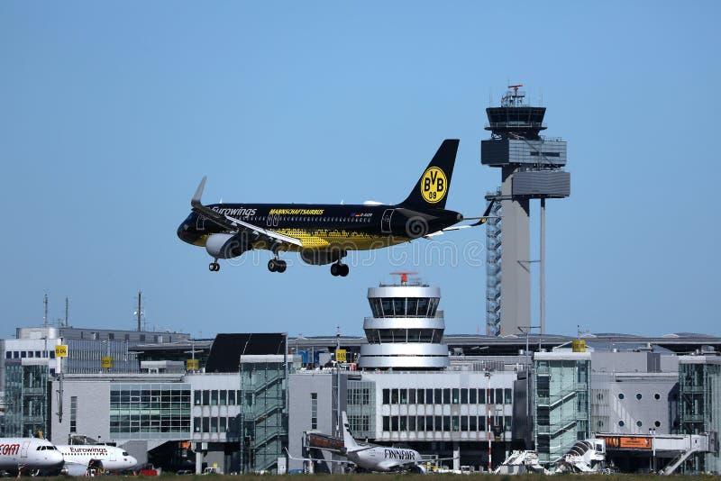 Eurowings Mannschaftsairbus livré över flygplats för AMS Amsterdam Schiphol royaltyfri fotografi