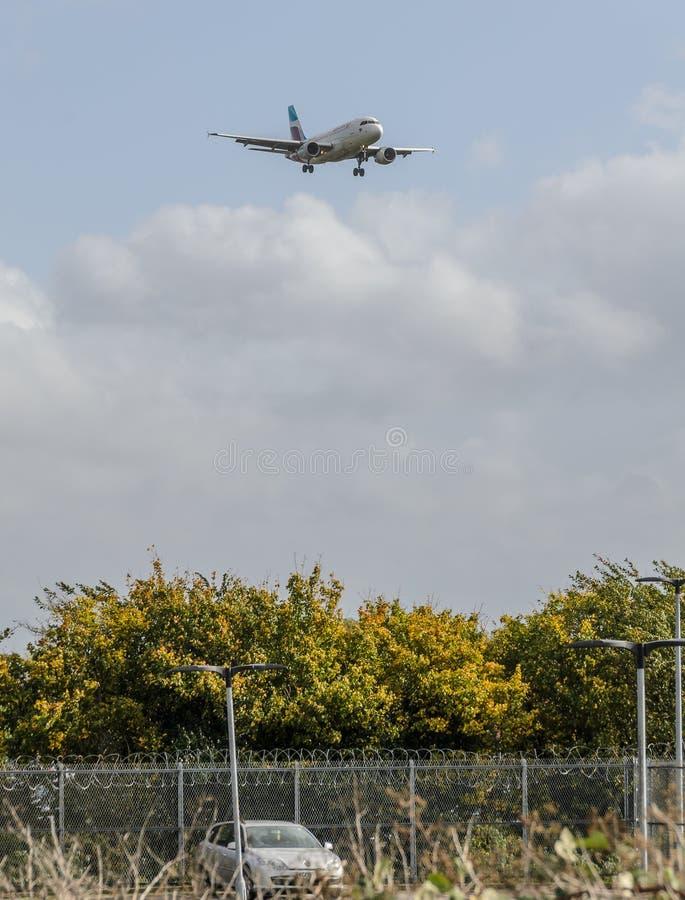 Eurowings str?llandning p? Heathrow royaltyfria foton