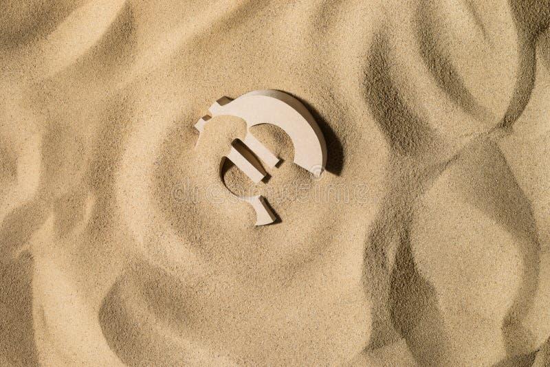 Eurozeichen auf dem Sand stockfoto