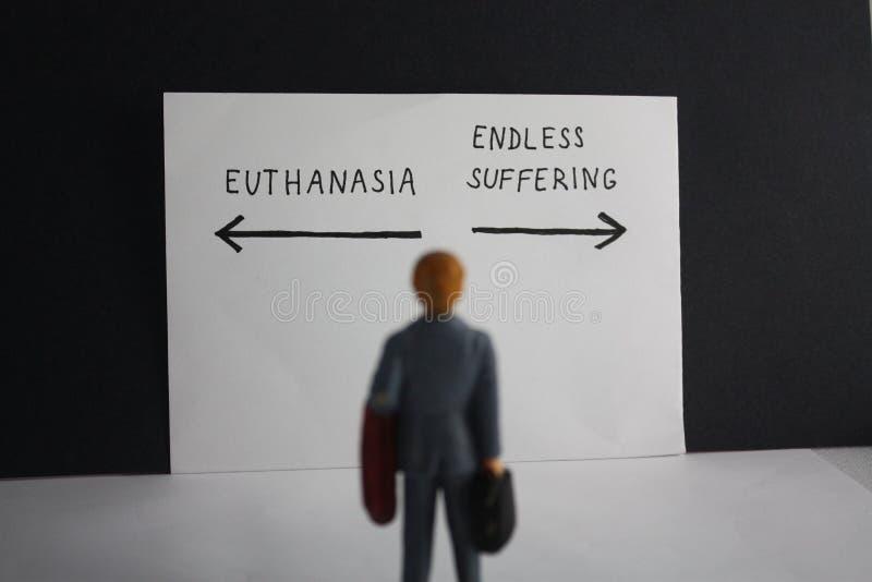 Euthanasie gegen endloses leidendes Konzept mit Miniaturmann und Pfeilen Legalisierung des unterstützten suicice für einige Patie stockfotos