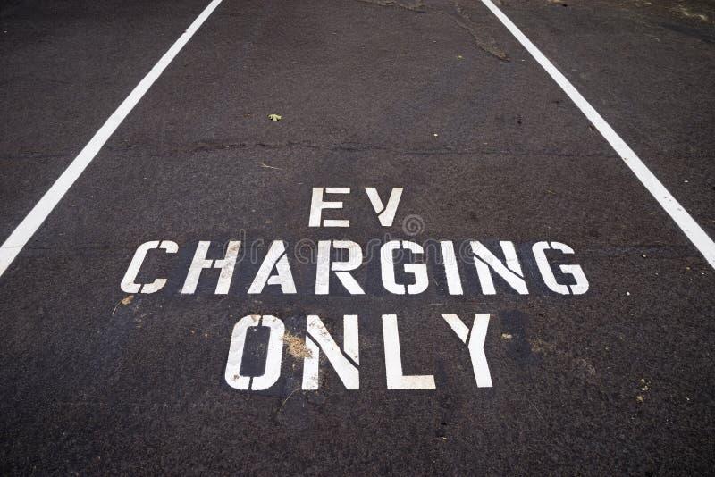 EV, das nur Parkplatz auflädt stockfotos