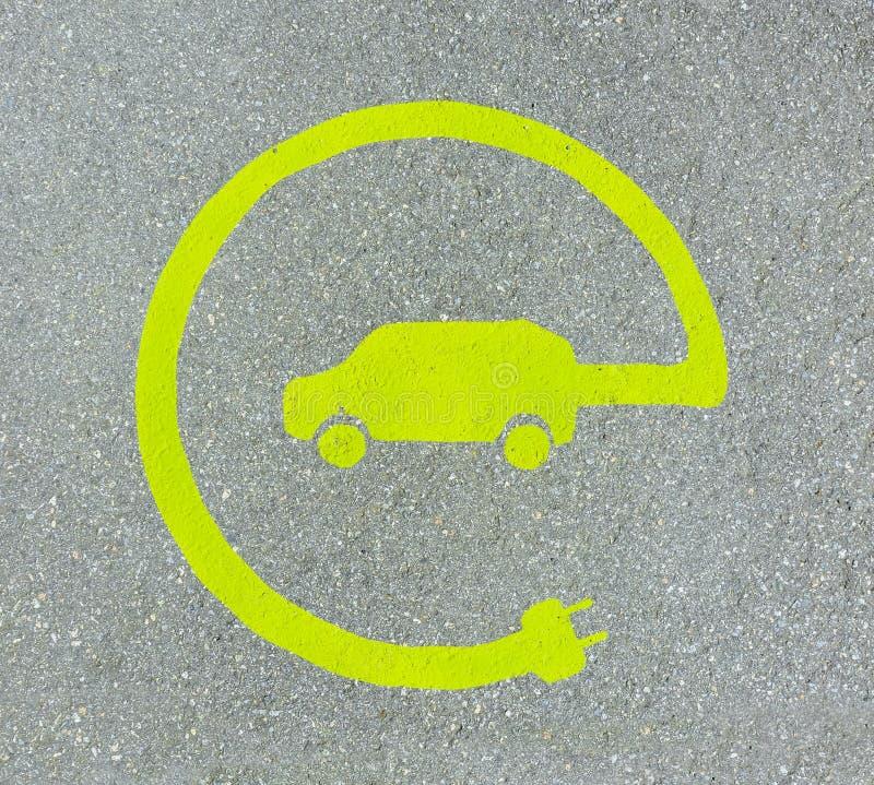 EV - elektrisch voertuig het laden postteken ` Het teken van E ` op asfalttextuur royalty-vrije stock foto's