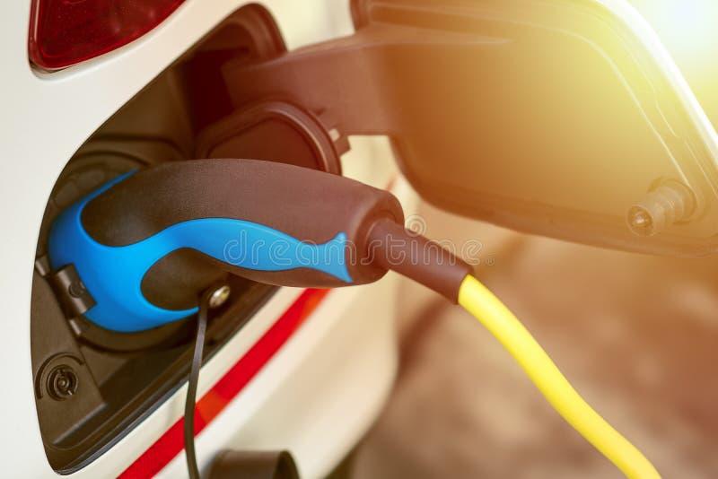 EV oder Elektro-Mobil-Aufladungsenergie von Aufladungskabel lizenzfreies stockfoto
