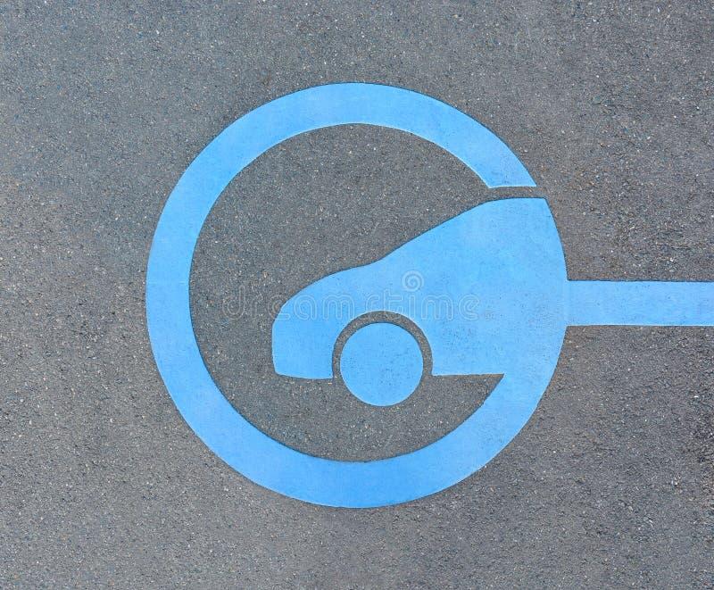 EV - schnelles Ladestationszeichen des Elektro-Mobils auf Asphalt lizenzfreies stockbild