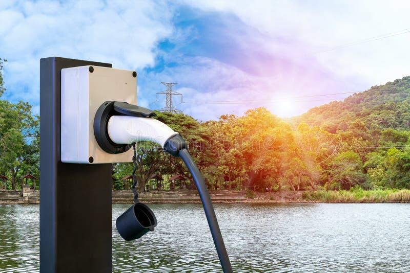 Ev stacji prymki i władza kabla dostawa hybrydowy samochód lub naturalnym niebieskiego nieba świetle słonecznym i wysokim woltażu zdjęcia stock