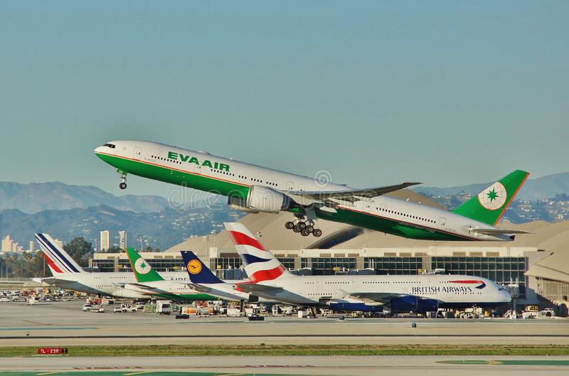 Eva Air Boeing B-777 entfernt sich von Los Angeles auf einem Rückflug zu Taipie im Jahre 2015 lizenzfreies stockbild