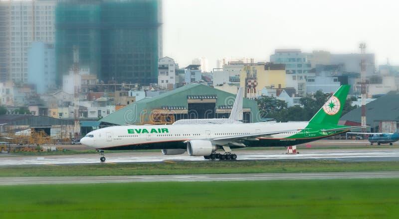 Eva Air Boeing 777-300er che decolla a Tan Son Nhat International Airport immagini stock libere da diritti