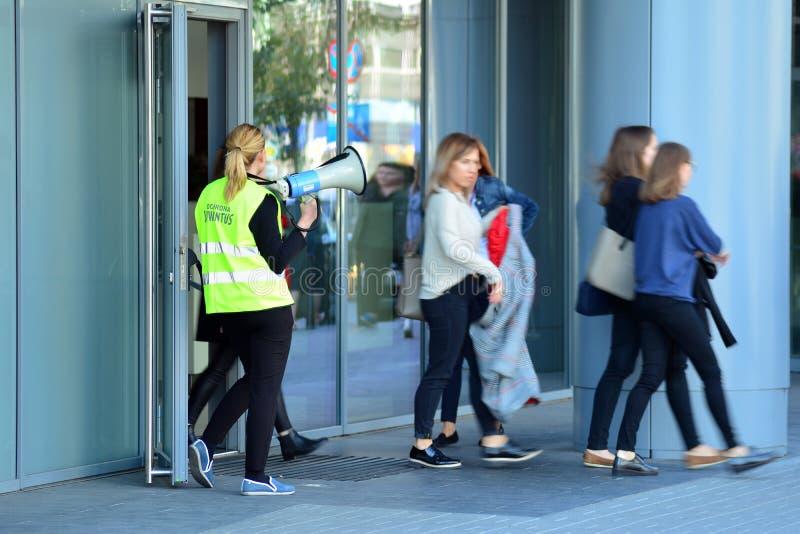 Evacuação de um prédio de escritórios Os povos retiram a construção na porta de saída fotografia de stock royalty free