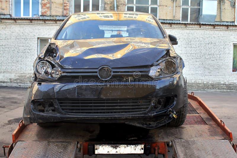 Evacuação do dano após o carro do impacto Front View O automóvel preto é levantado ao caminhão de reboque fotos de stock royalty free