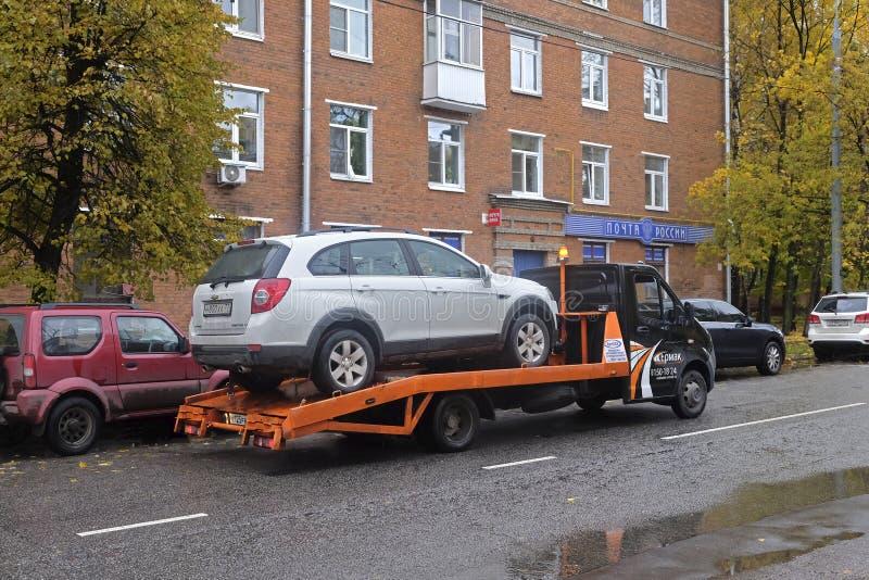 Evacuación del coche después del accidente imagen de archivo libre de regalías