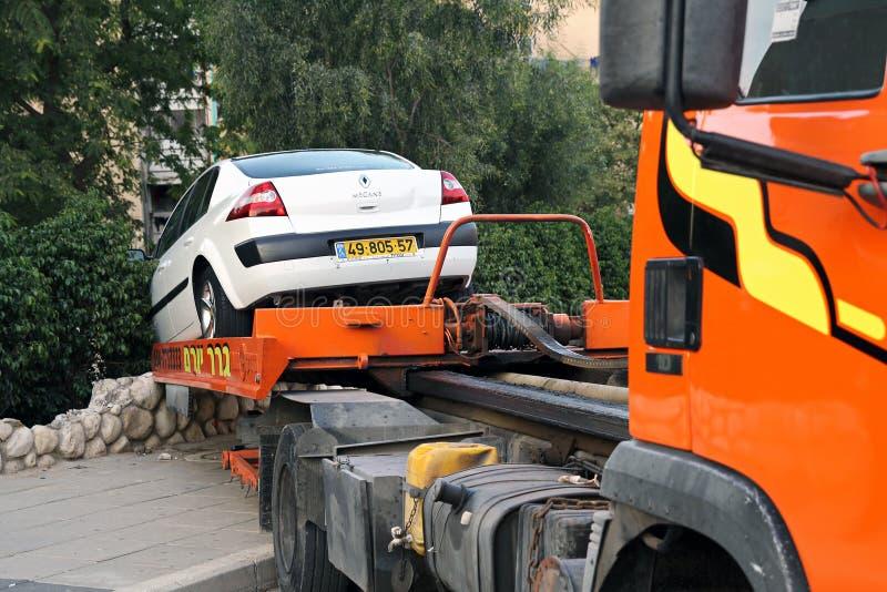 Evacuación del coche después del accidente foto de archivo