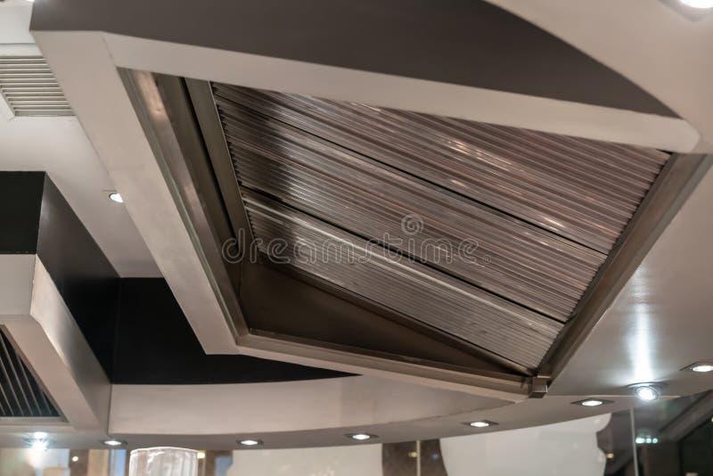 Evakuera huven och ventilation för teppanyakikökrestaurang royaltyfri foto