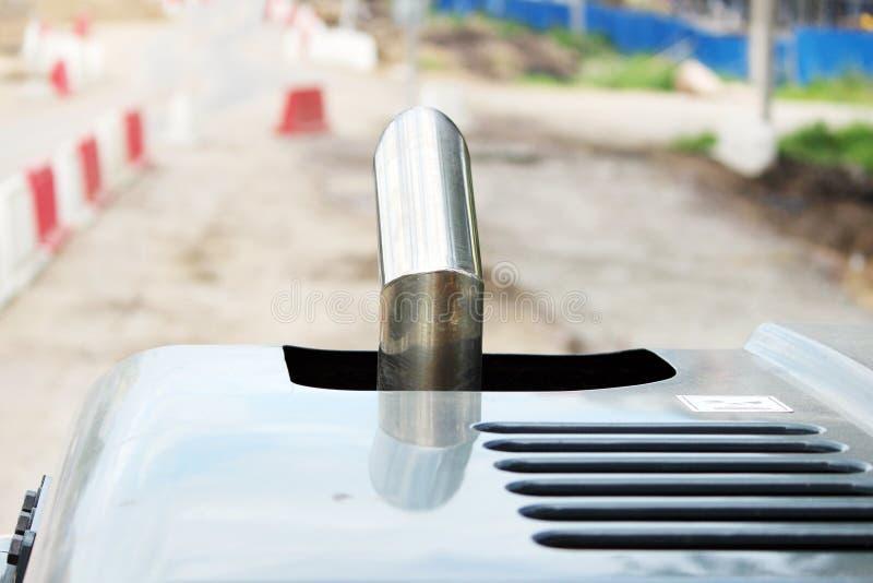 Evakuera metallröret av en traktor arkivfoton