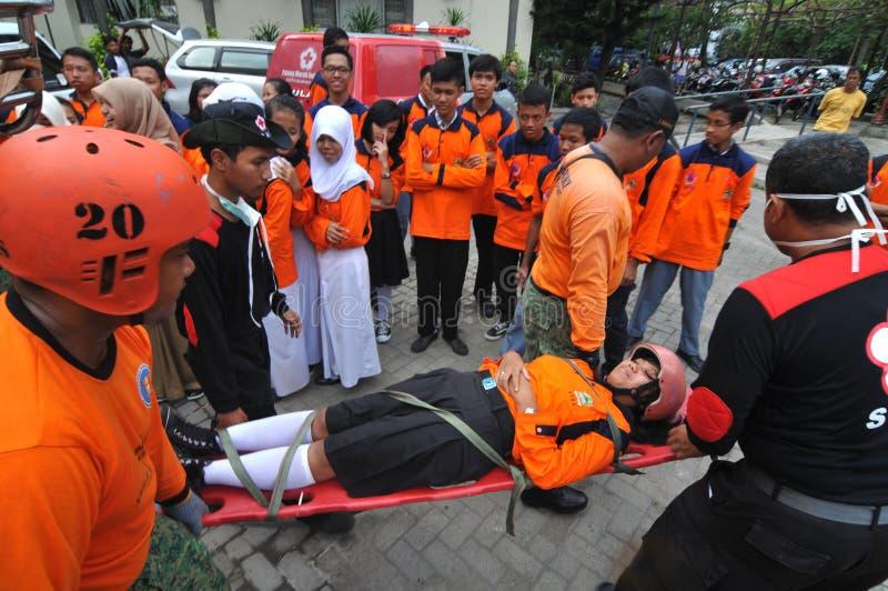 evakuera offer av olyckor från en höjd fotografering för bildbyråer