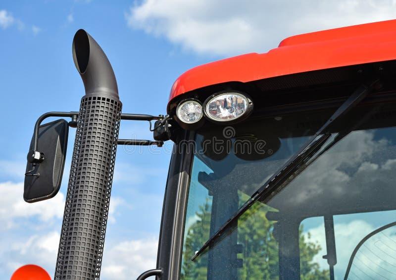 Evakuera röret av en traktor royaltyfri foto