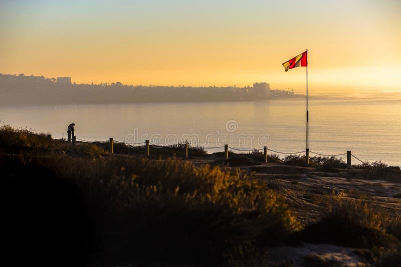 Evakuera vattenflaggan på den svarta stranden för ` s arkivfoto