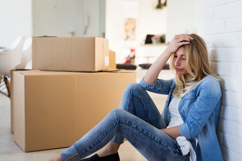 Evakuerad trött kvinna, medan flytta sig in i nytt hem fotografering för bildbyråer