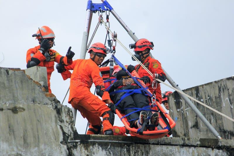 Evakuering av offer av den nationella räddningsaktionen royaltyfri bild