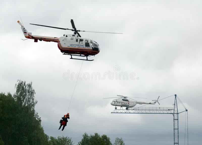 Evakuering med hjälpen av en helikopter BO-105 Centrospas EMERCOM av Ryssland på området av den Noginsk räddningsaktionmitten av  royaltyfria foton