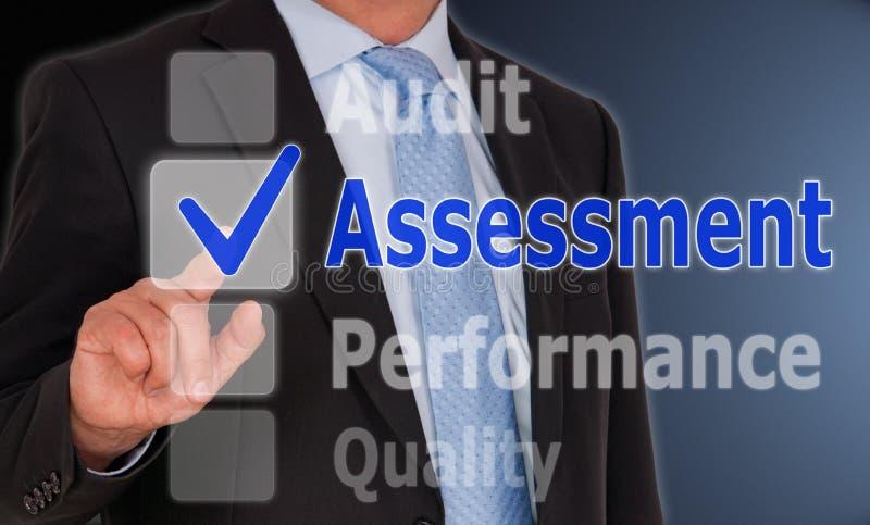Evaluación - encargado con la pantalla táctil y el texto imagenes de archivo
