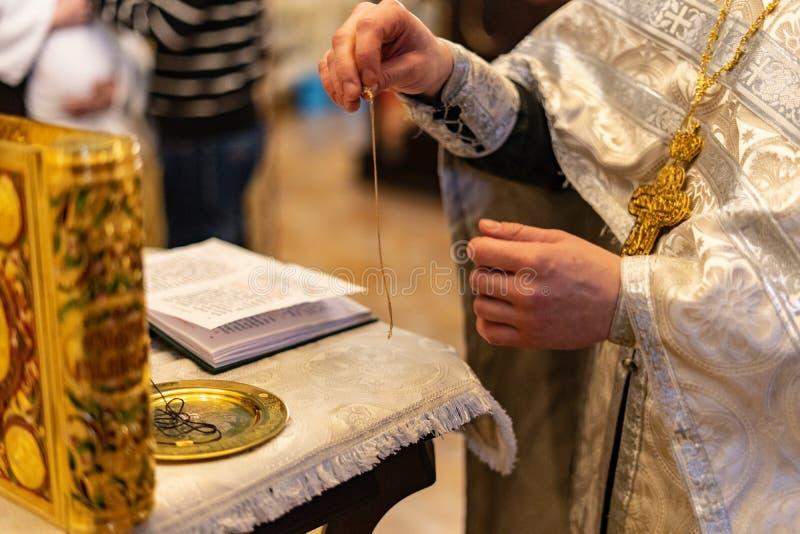 Evangelio elegante de oro en la iglesia ortodoxa foto de archivo